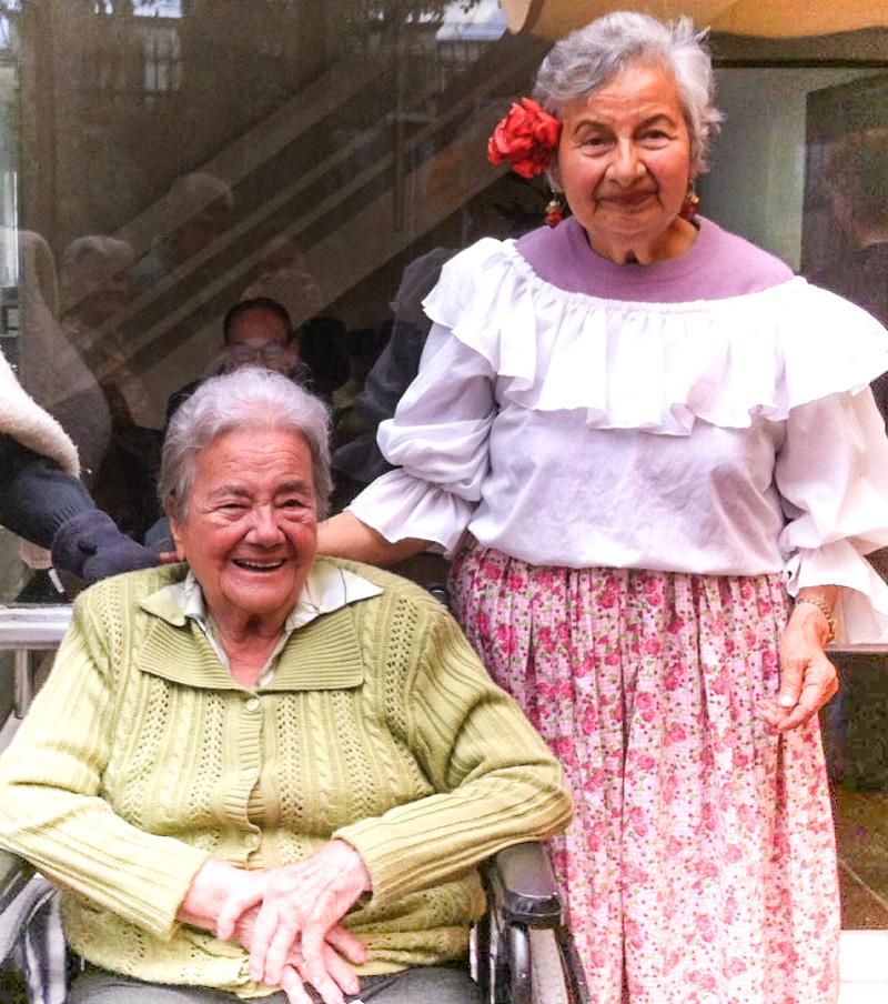 Abuelitas compartiendo en Zonas Comunes