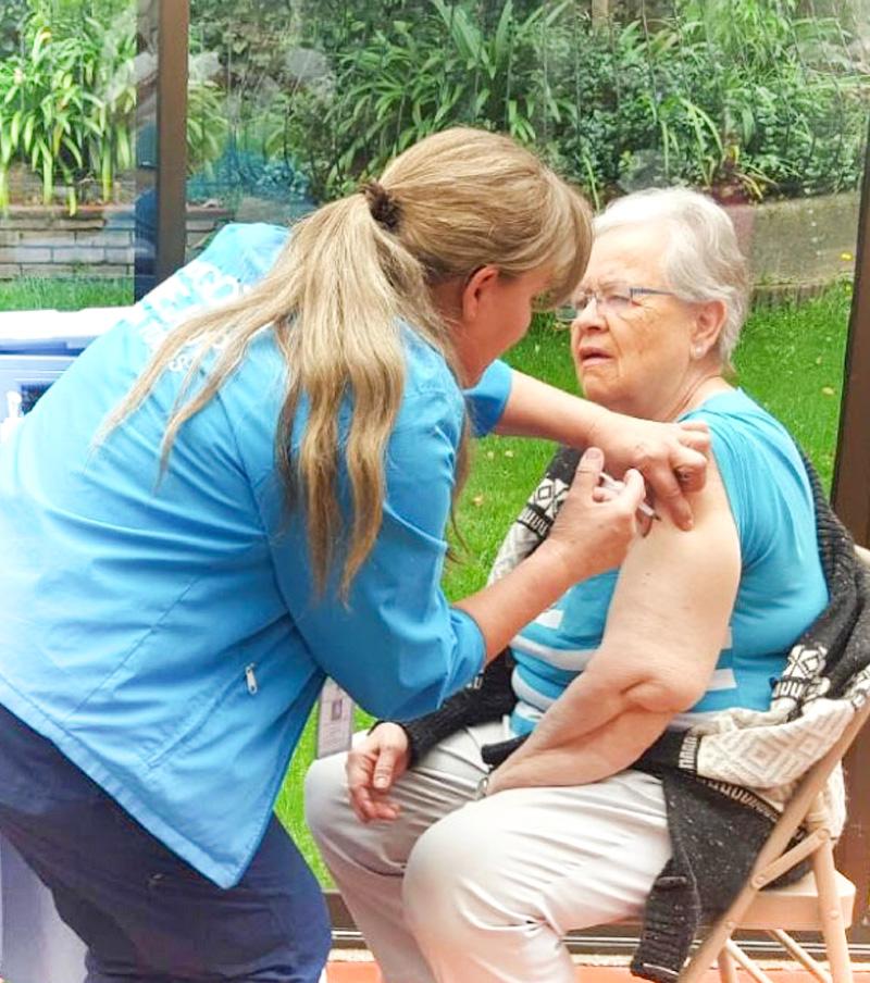 Enfermera Aplicando Inyección a Mujer Adulto Mayor